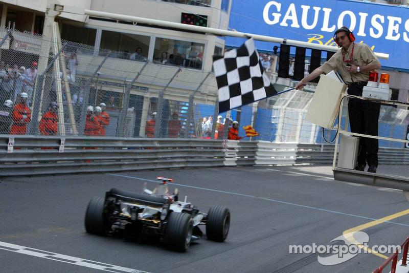 Kimi Raikkonen toma la bandera a cuadros