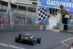 Kimi Räikkönen sous le drapeau à damier