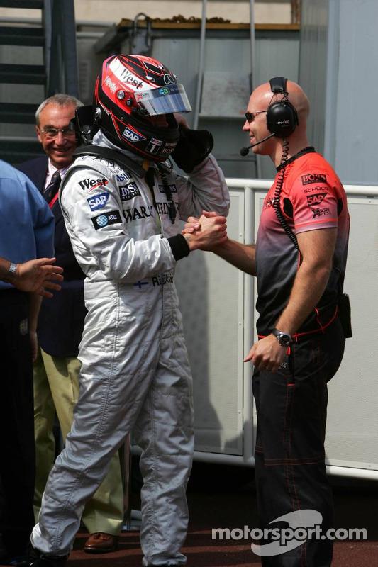 Ganador de la pole Kimi Raikkonen celebra