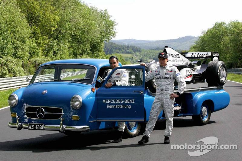 Fotoshooting auf der Nordschleife: Juan Pablo Montoya und Kimi Räikkönen mit einem historischen Mercedes-Transporter