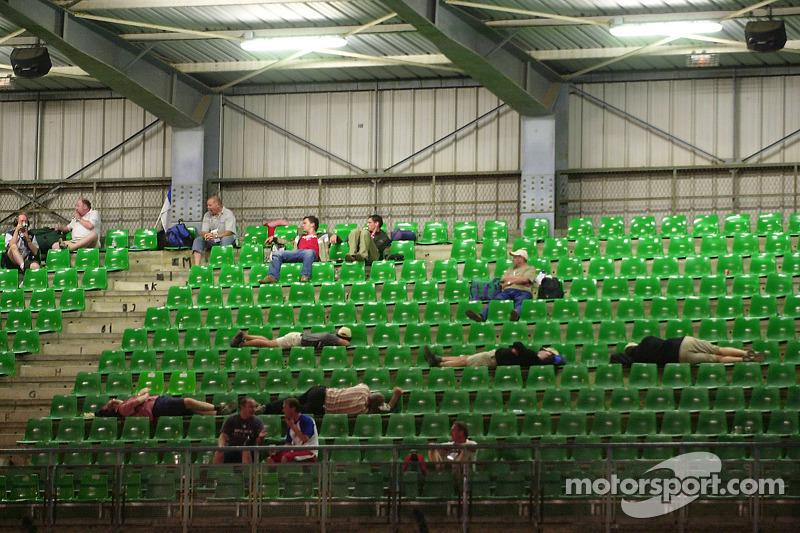 2005 год. Болельщики спят во время гонки