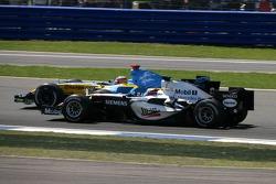 Start: Juan Pablo Montoya and Fernando Alonso battle for the lead