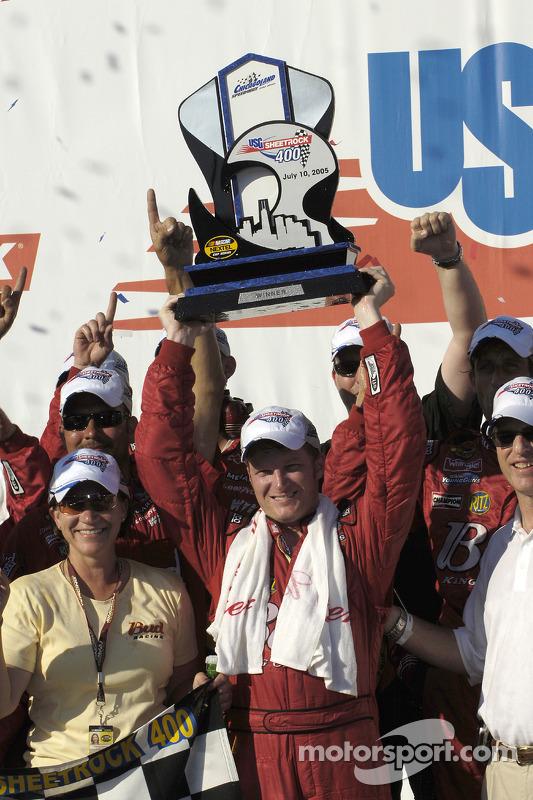Victory lane : le vainqueur Dale Earnhardt Jr. fête sa victoire