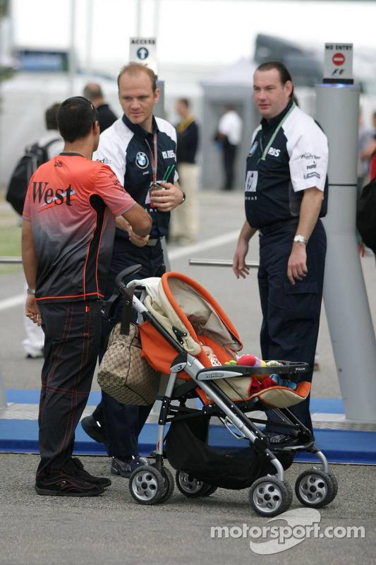 Juan Pablo Montoya con su bebé Sebastian