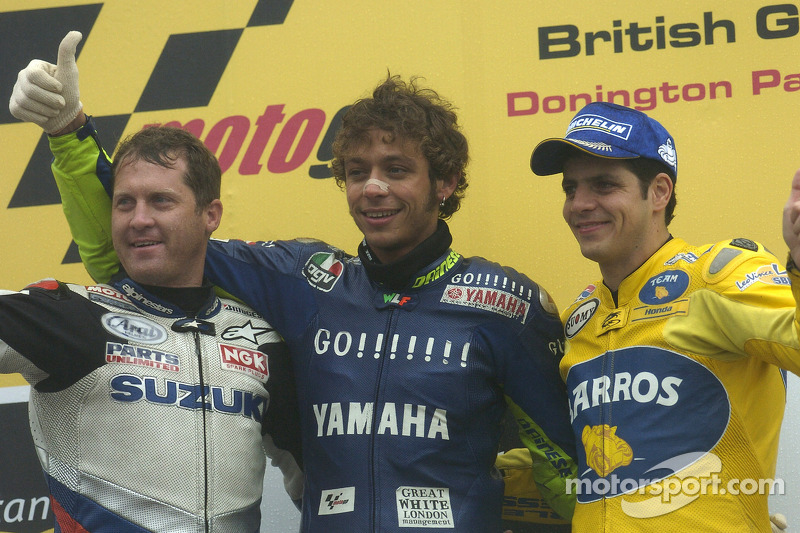 Podio: ganador de la carrera Valentino Rossi, segundo lugar Alex Barros y el tercer lugar Kenny Robe