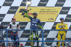 Podio: ganador de la carrera Valentino Rossi, segundo lugar Alex Barros y el tercer lugar Kenny Roberts