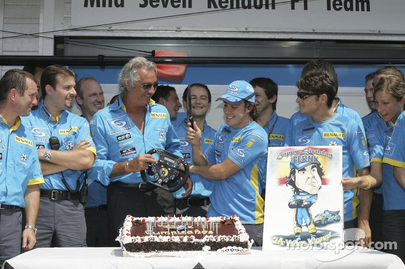 Fernando Alonso celebra su cumpleaños número 24 con los miembros del equipo Flavio Briatore y Gianca