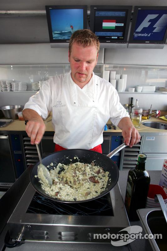 Cocinando en la estación de energía de Red Bull