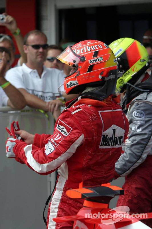 Ralf Schumacher y Michael Schumacher celebran en el podio
