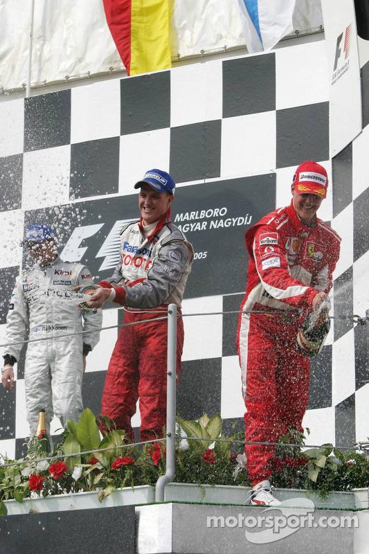 Podio: champagne para Kimi Raikkonen, Michael Schumacher y Ralf Schumacher