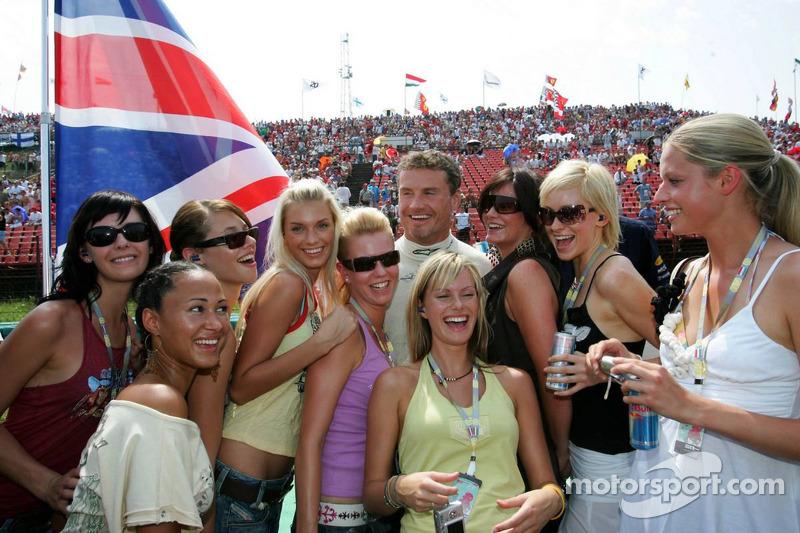 David Coulthard con las chicas de Formula Unas