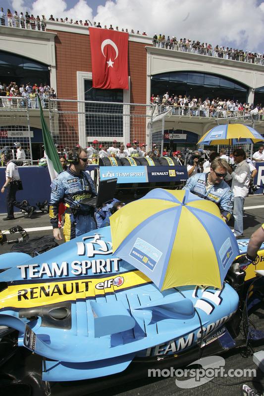 Les membres de l'équipe Renault F1 sur la grille de départ