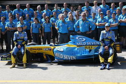 Renault F1 photoshoot: Fernando Alonso and Giancarlo Fisichella pose with Renault F1 team members