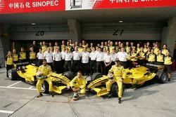 Jordan photoshoot: Narain Karthikeyan and Tiago Monteiro pose with Jordan team members