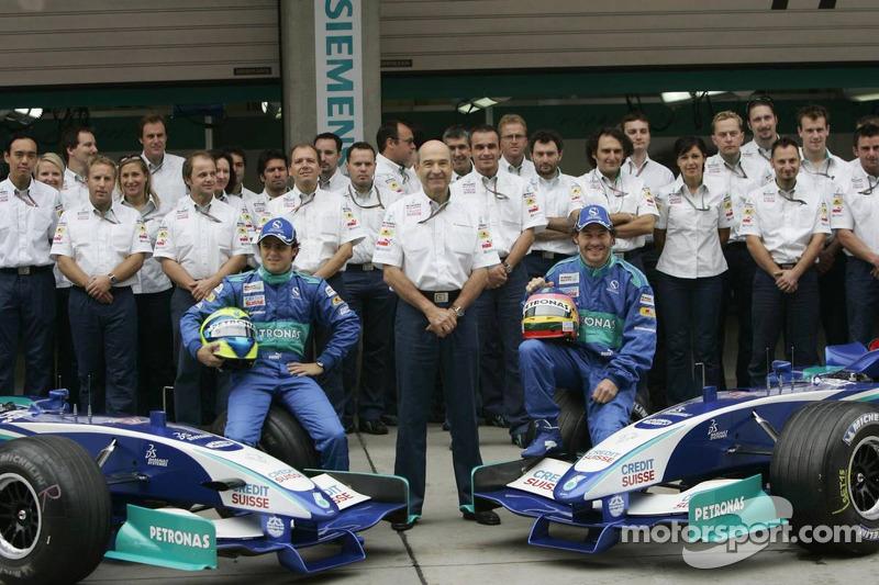 Sauber photoshoot: Felipe Massa and Jacques Villeneuve pose with Sauber team members