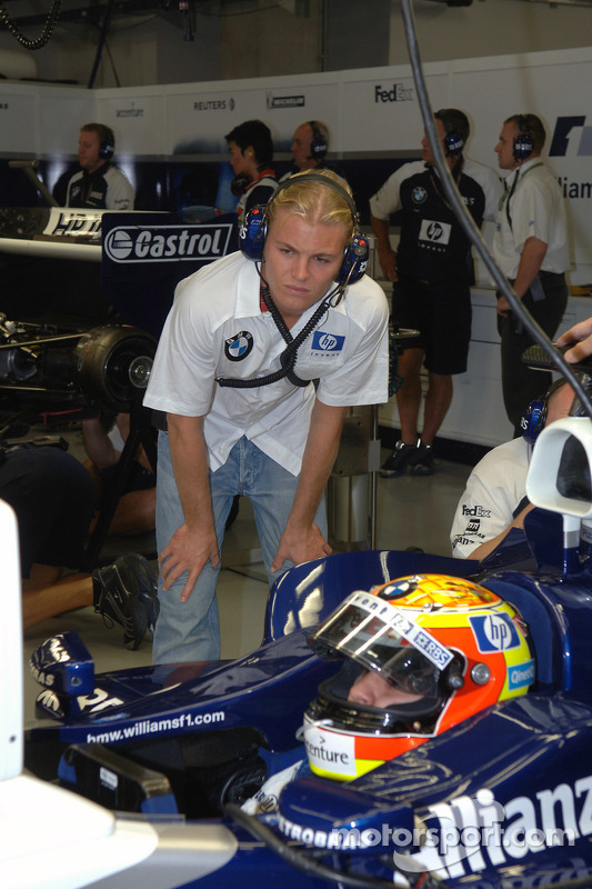 Nico Rosberg watches Antonio Pizzonia