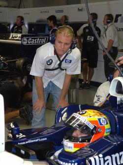Nico Rosberg watches Antonio Pizzonia