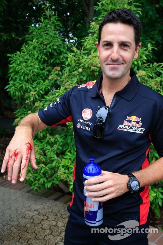 Jamie Whincup, Red Bull, Holden, mit einem Schlangenbiss