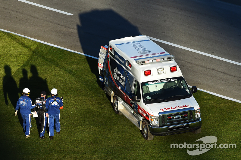 Bobby Gerhart camina a la ambulancia