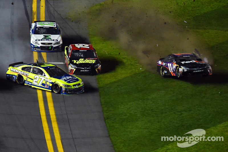 Paul Menard, Richard Childress Racing Chevrolet and Denny Hamlin, Joe Gibbs Racing Toyota crash