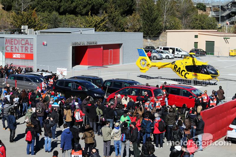 Fernando Alonso, McLaren, wird mit einem Hubschrauber ins Krankenhaus gebracht