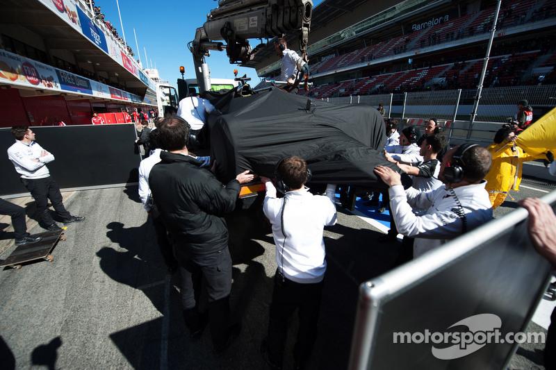 Durante uma sessão em Barcelona, Alonso sofreu um acidente que o tirou da primeira corrida do ano, na Austrália. Muitos chegaram a suspeitar que o incidente havia sido causado por uma descarga elétrica do motor Honda.