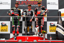 Podio: ganador de la carrera Leon Haslam, Aprilia Racing Team, el segundo lugar Jonathan Rea, Kawasaki, el tercer lugar Chaz Davies, Ducati Corse