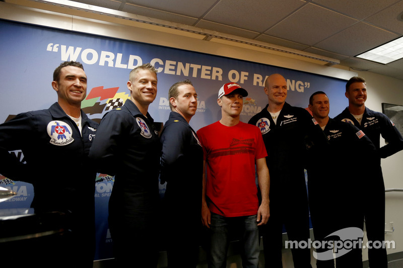 Kevin Harvick, Stewart-Haas Racing, Chevrolet, mit den Thunderbirds der US-Luftwaffe