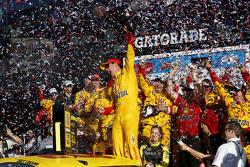 1. Joey Logano, Team Penske, Ford, feiert