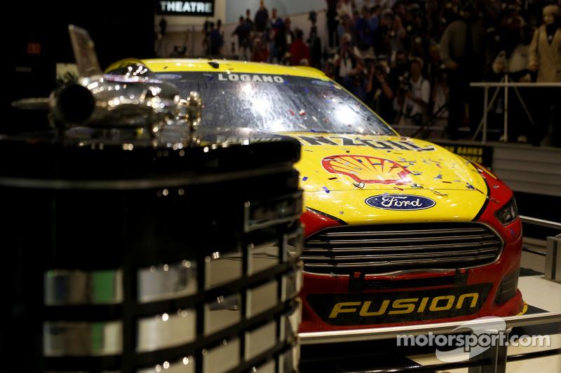 Das Auto von Joey Logano, Team Penske, Ford, mit dem Pokal für das Daytona 500