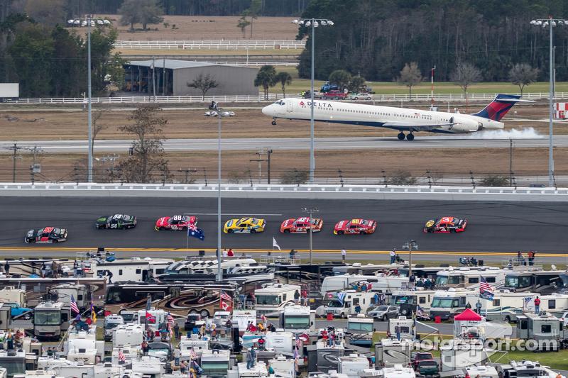 Acción de la carrera con un Delta MD-90 atterizando en el aeropuerto internacional de Daytona