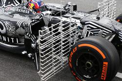 Daniil Kvyat, Red Bull Racing RB11, fährt mit Messgeräten am Auto