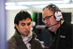 (Von links nach rechts): Sergio Perez mit Tom McCullough, Chefingenieur Sahara Force India F1 Team