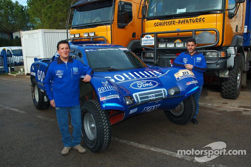 Team Gauloises Schlesser: William Alcaraz et Josep-Maria Servia posent avec le Schlesser-Ford Buggy