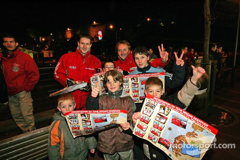 Présentation publique de l'équipe Nissan à Dessoude: Benoit Rousselot et Sylvain Poncet avec de jeunes supporters