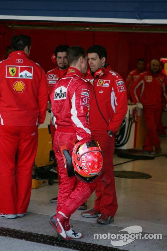 Michael Schumacher de retour sur la piste après la panne de sa voiture