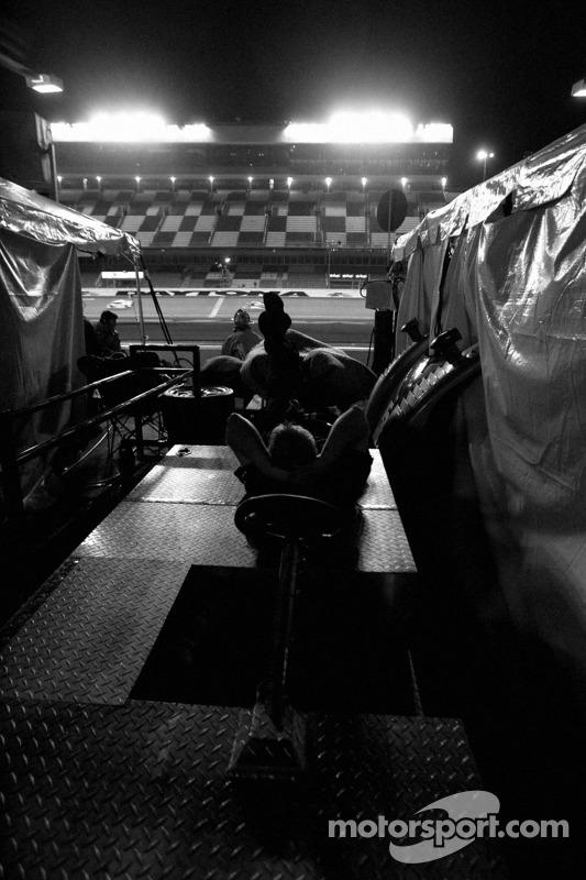 Ambiance dans la voie des stands dans la nuit