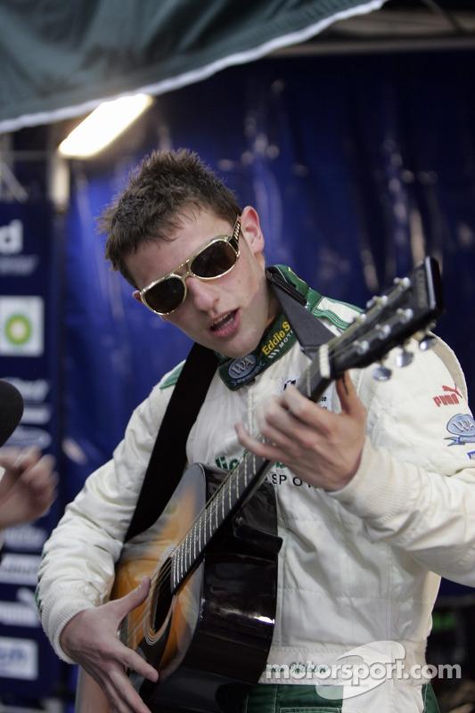 Matthew Wilson joue de la guitare