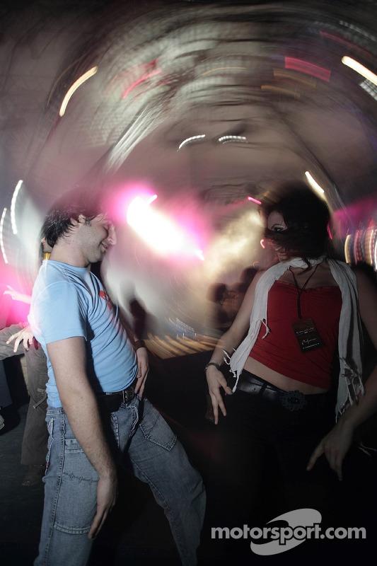 Les invités dansent à la fête