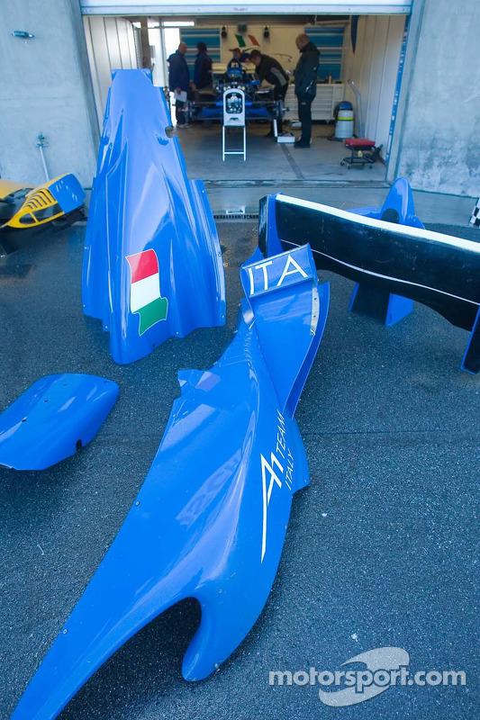Des pièces de l'équipe Team Italy en dehors du garage