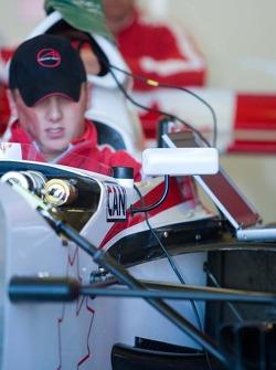 Des mécaniciens travaillent sur la voiture de l'équipe du Canada
