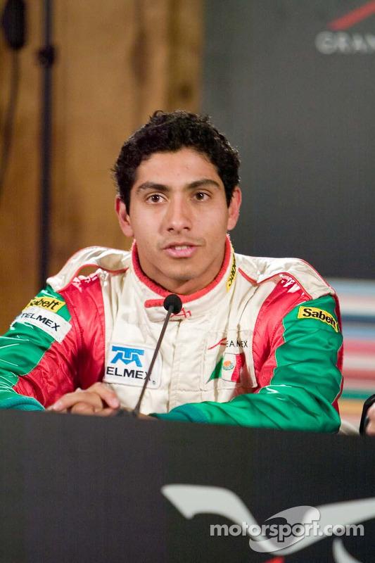 Le pilote de l'équipe du Mexique Salvador Duran avec les médias après avoir signé le meilleur temps