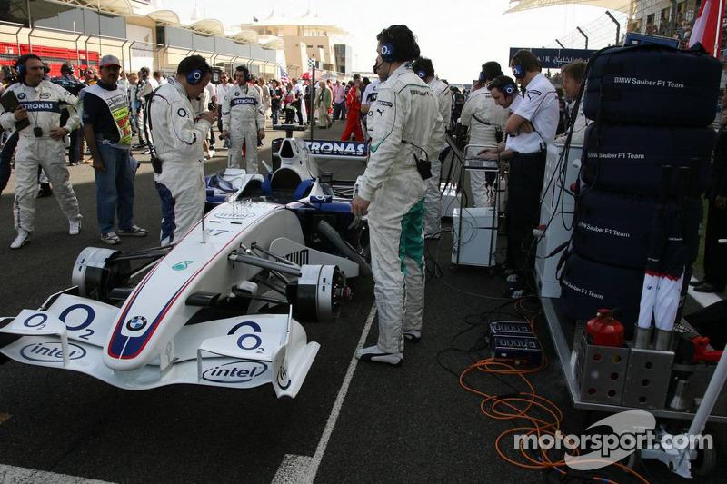 Miembros del equipo BMW en la parrilla de salida