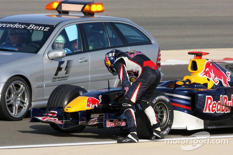 David Coulthard parado en la pista después del final