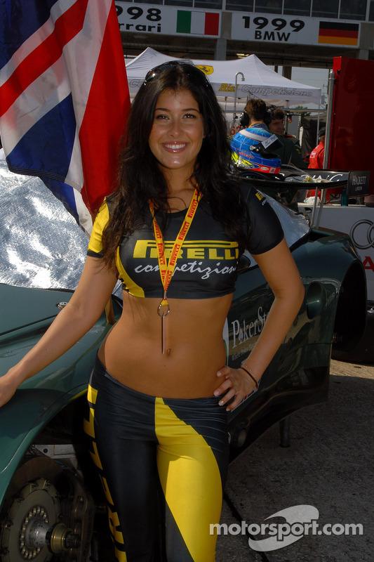 Une jeune femme Pirelli