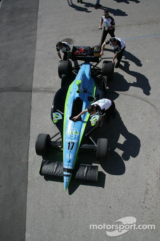 Les pneus de l'équipe Rahal Letterman Racing ne sont plus sur la voiture