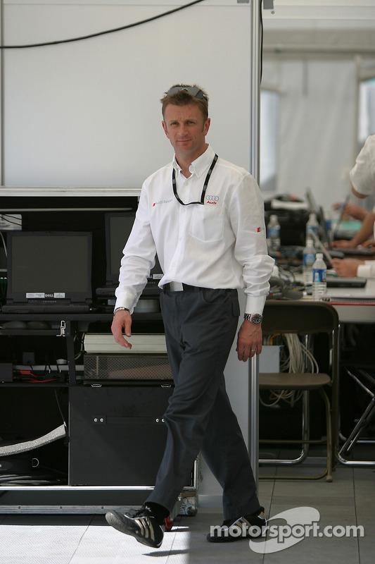 Allan McNish dans le garage Audi
