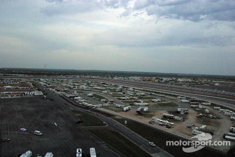 Des campeurs arrivent pour les courses au Texas Motor Speedway