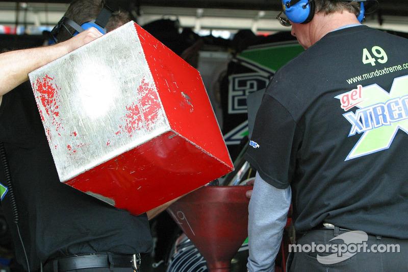 Un membre de l'équipe de Jorge Goeters met de l'essence dans la voiture