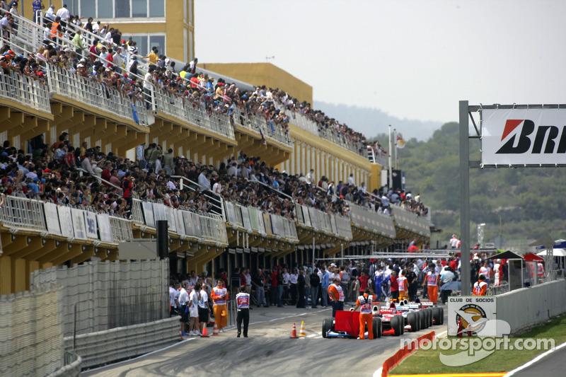 Des voitures débutent de la ligne des stands